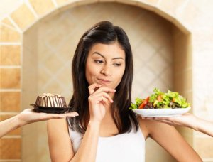 Woman choosing the healthy food by following this quick method.