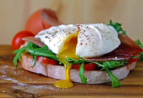 Egg on Whole Grain with Tomato and Arugula